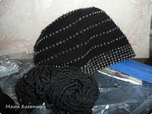Чёрная шапочка с бисером по мотивам серой шапочки Голубки. фото 4