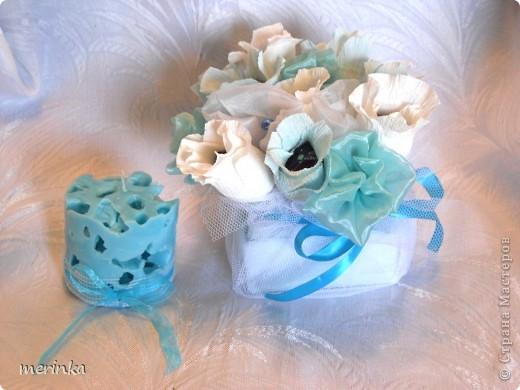 Вот такой подарочек сделала одной замечательной девушке. Все выдержано в одном цвете.  Спросите, а почему именно в голубом, ну во-первых, думаю, что смотрится очень нежно, а во-вторых, конфетки у меня были синие, и чтобы все было гармонично выбор был остановлен на голубом цвете фото 1