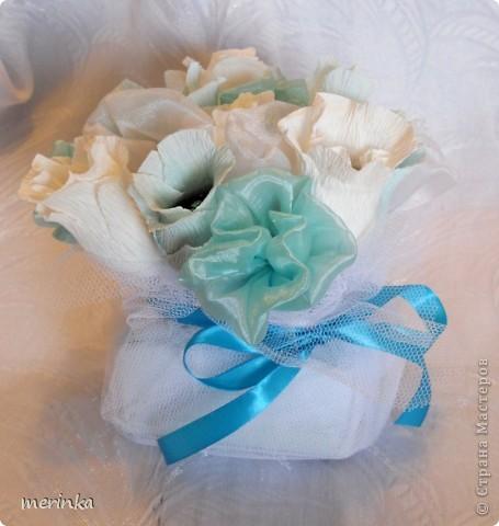 Вот такой подарочек сделала одной замечательной девушке. Все выдержано в одном цвете.  Спросите, а почему именно в голубом, ну во-первых, думаю, что смотрится очень нежно, а во-вторых, конфетки у меня были синие, и чтобы все было гармонично выбор был остановлен на голубом цвете фото 2