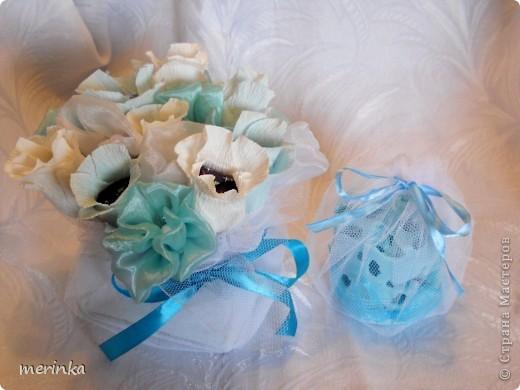 Вот такой подарочек сделала одной замечательной девушке. Все выдержано в одном цвете.  Спросите, а почему именно в голубом, ну во-первых, думаю, что смотрится очень нежно, а во-вторых, конфетки у меня были синие, и чтобы все было гармонично выбор был остановлен на голубом цвете фото 7