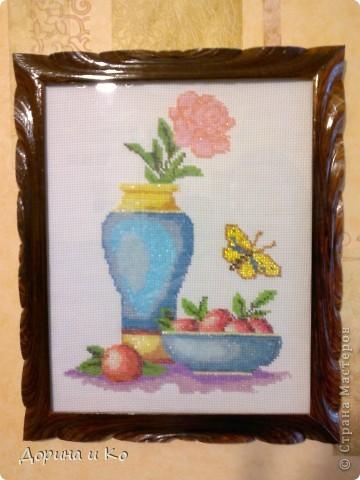 Очередная вышитая бисером картина. Этот цветочек проделал долгий путь до Санкт-Петербурга. Вышивала мама в подарок для своей младшей сестры. Фоткала уже в рамке, поэтому выбирала так, чтобы не бликовало. Вроде получилось, а цвета немного исказились.