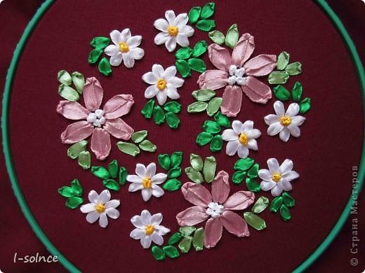 Самая первая работа: маленькие цветы - простой стежок, большие цветы - ленточный стежок смещённый (один лепесток из двух стежков), сердцевинки - колониальные и французские узелки, листики - ленточный стежок  (атласные ленты 6 мм). фото 2