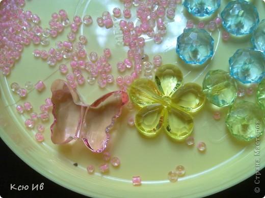 Увидела в магазине эти бабочки и цветочки и не удержалась купила. В итоге получились вот такие бусы. фото 3