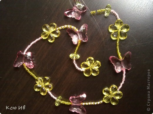 Увидела в магазине эти бабочки и цветочки и не удержалась купила. В итоге получились вот такие бусы. фото 9
