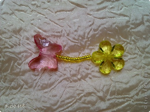 Увидела в магазине эти бабочки и цветочки и не удержалась купила. В итоге получились вот такие бусы. фото 5