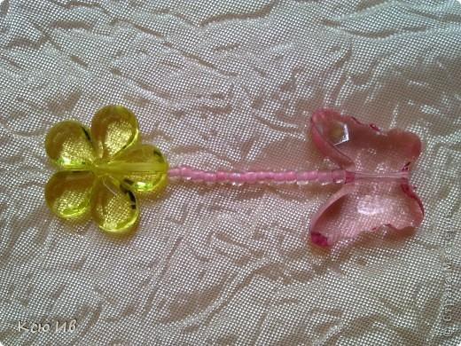 Увидела в магазине эти бабочки и цветочки и не удержалась купила. В итоге получились вот такие бусы. фото 6