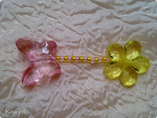 Увидела в магазине эти бабочки и цветочки и не удержалась купила. В итоге получились вот такие бусы. фото 7