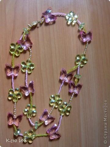 Увидела в магазине эти бабочки и цветочки и не удержалась купила. В итоге получились вот такие бусы. фото 1