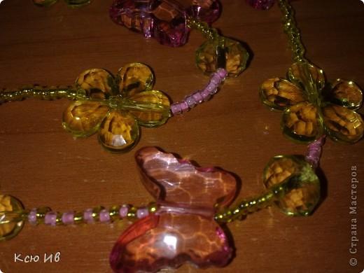 Увидела в магазине эти бабочки и цветочки и не удержалась купила. В итоге получились вот такие бусы. фото 11