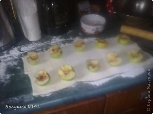 Нам понадобятся:яблоки (я брала антоновские но с ними получилось не очень,надо брать сорт посочнее) тесто слоеное готовое, сахар и корица (корица для аромата) Как видете я разрезала яблоки пополам и удалила сердцевину. фото 4