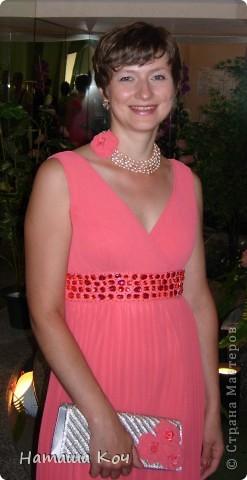 """Собиралась я на свадьбу. И обнаружила, что мой серебристый клатч не """"дружит"""" с белыми босоножками. Для того, чтобы подружить эти предметы и ленты (органзы) и обрезков нового платья накрутила розочек. фото 5"""