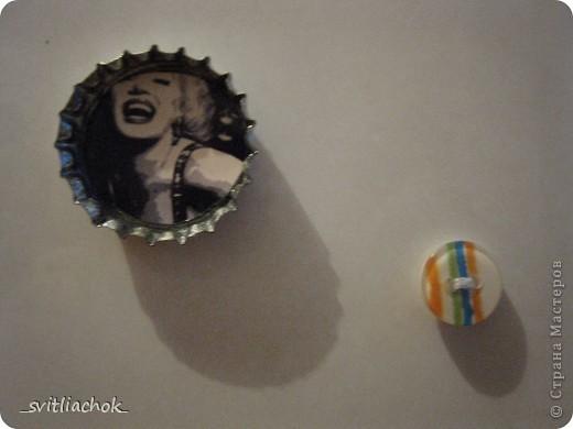 Сделала магнит из пуговички и крышечки. Крышечку покрасила лаком для ногтей, наклеила во внутрь картинку. фото 1