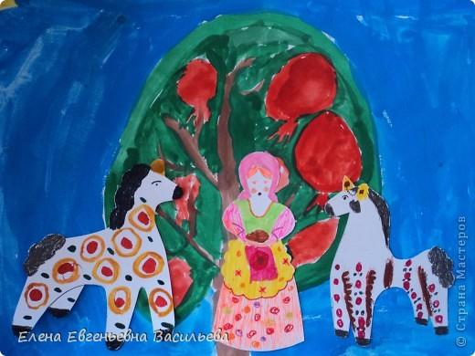 После ознакомления с народной игрушкой: матрешкой, дымковской, филимоновской дети расписывали красками, фломастерами, гелевыми ручками, цветными карандашами готовые силуэты. А потом мы решили приклеить их на натюрморты и пейзажи, которые рисовали ранее. Получились вот такие работы. фото 6