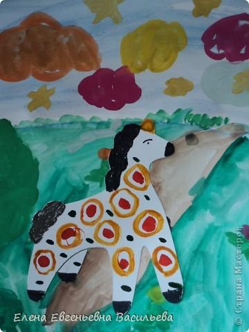 После ознакомления с народной игрушкой: матрешкой, дымковской, филимоновской дети расписывали красками, фломастерами, гелевыми ручками, цветными карандашами готовые силуэты. А потом мы решили приклеить их на натюрморты и пейзажи, которые рисовали ранее. Получились вот такие работы. фото 7