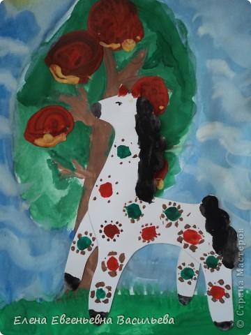 После ознакомления с народной игрушкой: матрешкой, дымковской, филимоновской дети расписывали красками, фломастерами, гелевыми ручками, цветными карандашами готовые силуэты. А потом мы решили приклеить их на натюрморты и пейзажи, которые рисовали ранее. Получились вот такие работы. фото 8