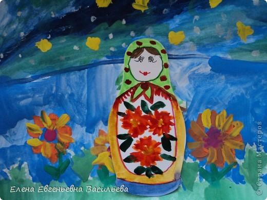 После ознакомления с народной игрушкой: матрешкой, дымковской, филимоновской дети расписывали красками, фломастерами, гелевыми ручками, цветными карандашами готовые силуэты. А потом мы решили приклеить их на натюрморты и пейзажи, которые рисовали ранее. Получились вот такие работы. фото 11