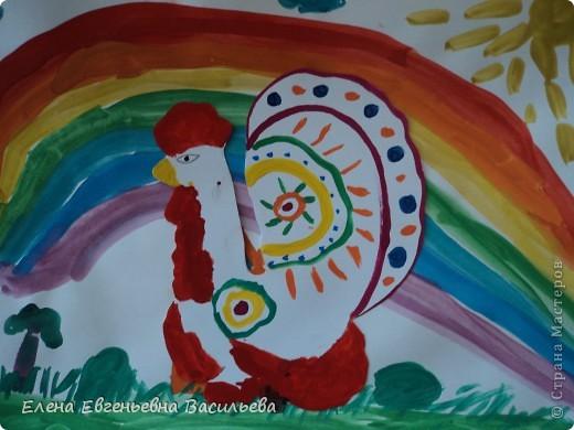 После ознакомления с народной игрушкой: матрешкой, дымковской, филимоновской дети расписывали красками, фломастерами, гелевыми ручками, цветными карандашами готовые силуэты. А потом мы решили приклеить их на натюрморты и пейзажи, которые рисовали ранее. Получились вот такие работы. фото 12
