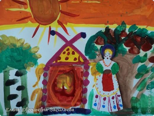 После ознакомления с народной игрушкой: матрешкой, дымковской, филимоновской дети расписывали красками, фломастерами, гелевыми ручками, цветными карандашами готовые силуэты. А потом мы решили приклеить их на натюрморты и пейзажи, которые рисовали ранее. Получились вот такие работы. фото 13