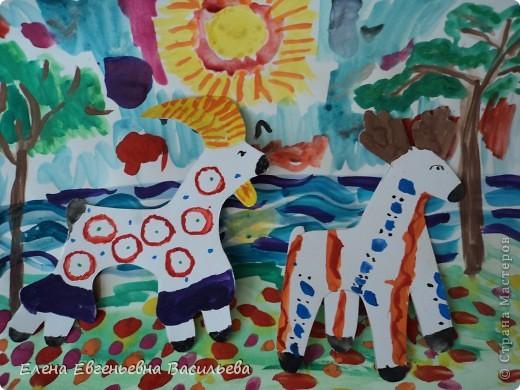 После ознакомления с народной игрушкой: матрешкой, дымковской, филимоновской дети расписывали красками, фломастерами, гелевыми ручками, цветными карандашами готовые силуэты. А потом мы решили приклеить их на натюрморты и пейзажи, которые рисовали ранее. Получились вот такие работы. фото 14