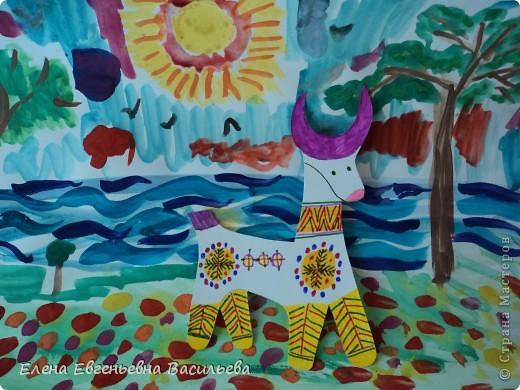 После ознакомления с народной игрушкой: матрешкой, дымковской, филимоновской дети расписывали красками, фломастерами, гелевыми ручками, цветными карандашами готовые силуэты. А потом мы решили приклеить их на натюрморты и пейзажи, которые рисовали ранее. Получились вот такие работы. фото 15