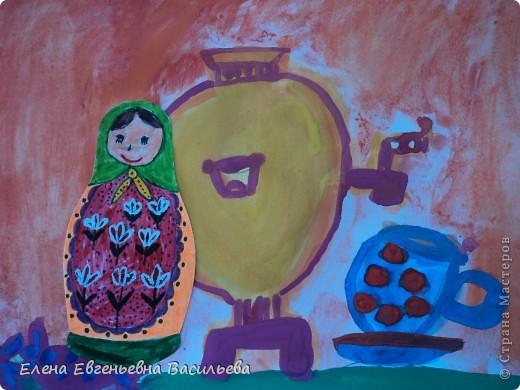 После ознакомления с народной игрушкой: матрешкой, дымковской, филимоновской дети расписывали красками, фломастерами, гелевыми ручками, цветными карандашами готовые силуэты. А потом мы решили приклеить их на натюрморты и пейзажи, которые рисовали ранее. Получились вот такие работы. фото 5