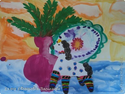После ознакомления с народной игрушкой: матрешкой, дымковской, филимоновской дети расписывали красками, фломастерами, гелевыми ручками, цветными карандашами готовые силуэты. А потом мы решили приклеить их на натюрморты и пейзажи, которые рисовали ранее. Получились вот такие работы. фото 2