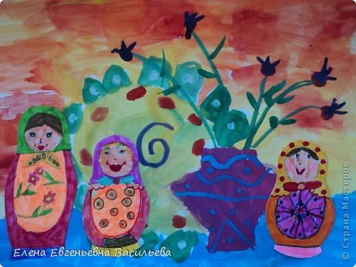 После ознакомления с народной игрушкой: матрешкой, дымковской, филимоновской дети расписывали красками, фломастерами, гелевыми ручками, цветными карандашами готовые силуэты. А потом мы решили приклеить их на натюрморты и пейзажи, которые рисовали ранее. Получились вот такие работы. фото 1