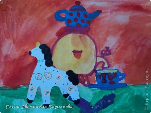 После ознакомления с народной игрушкой: матрешкой, дымковской, филимоновской дети расписывали красками, фломастерами, гелевыми ручками, цветными карандашами готовые силуэты. А потом мы решили приклеить их на натюрморты и пейзажи, которые рисовали ранее. Получились вот такие работы. фото 3