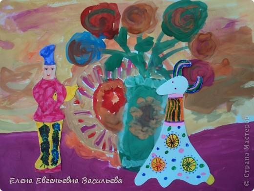 После ознакомления с народной игрушкой: матрешкой, дымковской, филимоновской дети расписывали красками, фломастерами, гелевыми ручками, цветными карандашами готовые силуэты. А потом мы решили приклеить их на натюрморты и пейзажи, которые рисовали ранее. Получились вот такие работы. фото 4