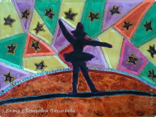 Сначала это были просто рисунки, а когда решили принять участие в конкурсе, захотели их украсить. Использовали для этого атласные и капроновые ленты разной ширины, тесьму, пайетки, цветные салфетки и клей-контур с блёстками. Вот что получилось.  Силуэты Санкт-Петербурга. Медный всадник. фото 3