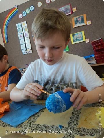 Эти пасхальные яйца мы изготовили на основе пластиковой формы. Две части яйца /внутри была игрушка-сюрприз/ плотно  приклеили друг к другу и объклеили бумажными салфетками всю поверхность заготовки. Когда салфетки высохли, декорировали яйцо тесьмой, кружевом, блестками, пуговицами, камушками и т.п. Каждый постарался проявить свою фантазию и творчество. Получились вот такие декоративные яйца к светлому празднику Пасхи. фото 7