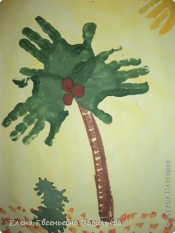 При помощи детских ладошек можно  создавать яркие и оригинальные  шедевры. Нужно подумать во что может превратиться отпечаток ладошки, добавить к нему несколько штрихов и он становится осьминогом, белым лебедем или ёжиком. Дети очень любят такие увлекательные превращения.   СЛОНЫ НА ПРОГУЛКЕ фото 12