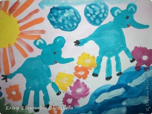 При помощи детских ладошек можно  создавать яркие и оригинальные  шедевры. Нужно подумать во что может превратиться отпечаток ладошки, добавить к нему несколько штрихов и он становится осьминогом, белым лебедем или ёжиком. Дети очень любят такие увлекательные превращения.   СЛОНЫ НА ПРОГУЛКЕ фото 1