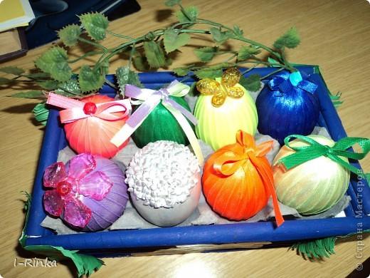 Корзинку делала из бумажных трубочек, потом покрасила гуашью, внутри приклеила обрезанный лоток для яиц. А яйца выдувала, потом на клей ПВА клеила ленту, украсила чем было) Вид свехру фото 1