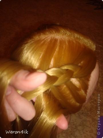 Наконец-то обещанный мною мастер класс по плетению этой косы))) Попытаюсь объяснить доступно))))  Для начала расчешем волосы и для удобства выделим пробор фото 4