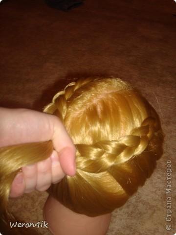 Наконец-то обещанный мною мастер класс по плетению этой косы))) Попытаюсь объяснить доступно))))  Для начала расчешем волосы и для удобства выделим пробор фото 6