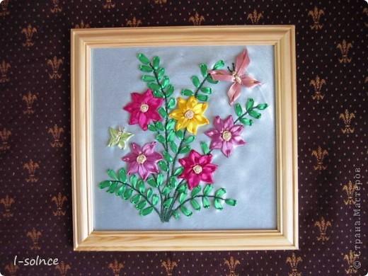 Самая первая работа: маленькие цветы - простой стежок, большие цветы - ленточный стежок смещённый (один лепесток из двух стежков), сердцевинки - колониальные и французские узелки, листики - ленточный стежок  (атласные ленты 6 мм). фото 4