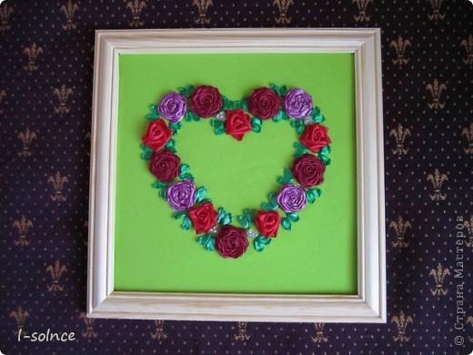 Самая первая работа: маленькие цветы - простой стежок, большие цветы - ленточный стежок смещённый (один лепесток из двух стежков), сердцевинки - колониальные и французские узелки, листики - ленточный стежок  (атласные ленты 6 мм). фото 3