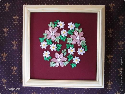 Самая первая работа: маленькие цветы - простой стежок, большие цветы - ленточный стежок смещённый (один лепесток из двух стежков), сердцевинки - колониальные и французские узелки, листики - ленточный стежок  (атласные ленты 6 мм). фото 1