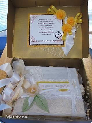 Сделали мы с вами фотоальбом в подарок на свадьбу http://stranamasterov.ru/node/383215 . А в чем дарить? В покупном пакете? ну неееет!  делаем для него коробку фото 11