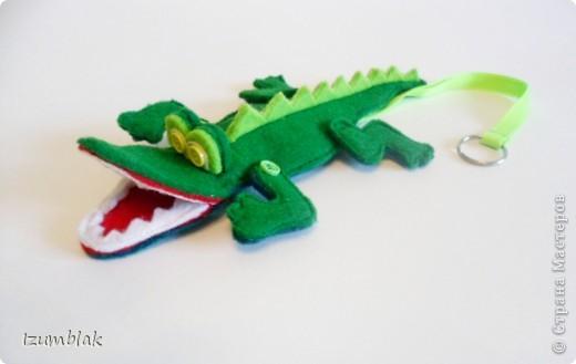 Крокодил сделан полностью из фетра, глазки - пуговки, крепление передних  лап - пуговичное, задних - нитяное, все конечности подвижны.   фото 1