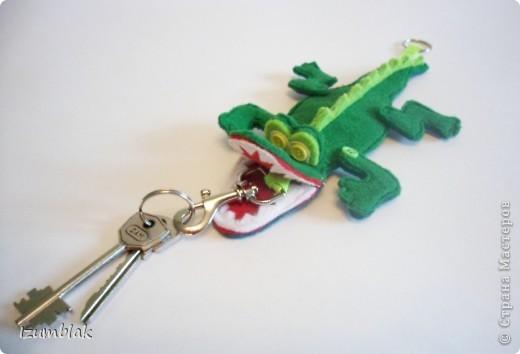 Крокодил сделан полностью из фетра, глазки - пуговки, крепление передних  лап - пуговичное, задних - нитяное, все конечности подвижны.   фото 2