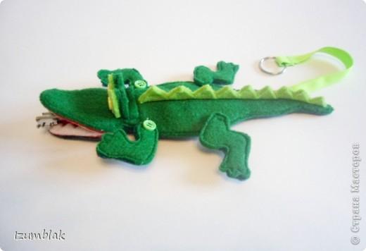Крокодил сделан полностью из фетра, глазки - пуговки, крепление передних  лап - пуговичное, задних - нитяное, все конечности подвижны.   фото 4