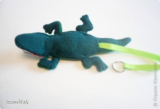 Крокодил сделан полностью из фетра, глазки - пуговки, крепление передних  лап - пуговичное, задних - нитяное, все конечности подвижны.   фото 6