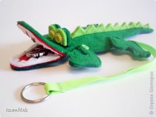 Крокодил сделан полностью из фетра, глазки - пуговки, крепление передних  лап - пуговичное, задних - нитяное, все конечности подвижны.   фото 3