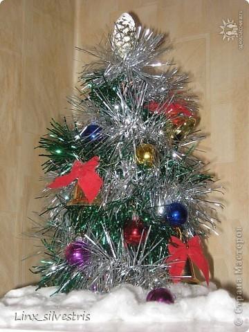 Украшая дом к Новому году, остро  почувствовала, что не хватает маленькой елочки на холодильнике. Медная проволока диаметром 1,5 мм, остатки дождика и маленькие игрушки - всё что потребовалось. За двадцать минут елочка была готова и заняла свое место))))