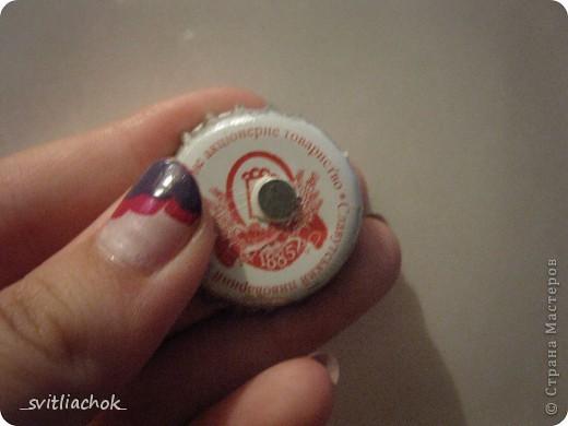 Сделала магнит из пуговички и крышечки. Крышечку покрасила лаком для ногтей, наклеила во внутрь картинку. фото 2