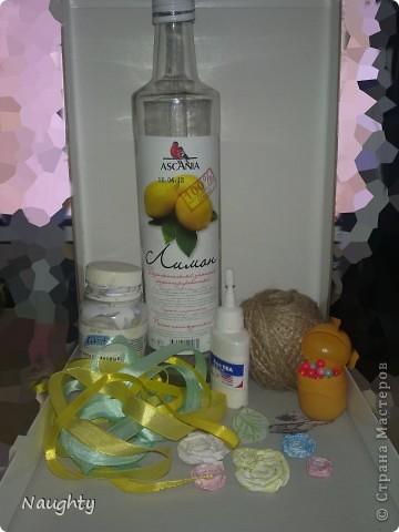 Я использовала подручные материалы: стеклянная бутылка, шпагат, акрил, самодельные цветки из бумаги, и вырезки из журнала, ленточки:) фото 1