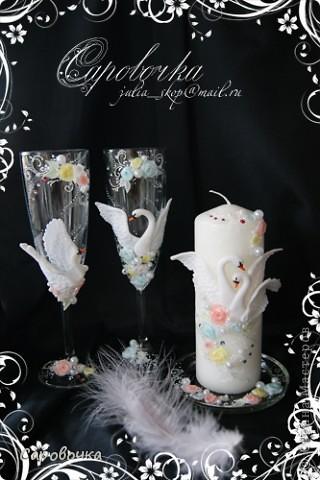 Вспомнились недавно лебеди с драконами - давно не делала.))  Лебединую свечку делать еще не доводилось, а розочки остались, решила еще и подставочку оформить. Антипод лебедям – драконы,  тоже пошли на свадебный стол) Пары разные бывают - для кого-то и лебеди на столе редкая дикость, а кому-то наоборот - лишь бы сердечки были.  А я всех поддерживаю, иначе бы не делала)) фото 3