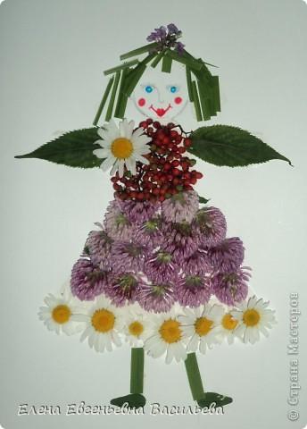 Лучшее время для природных  поделок - лето и осень. Возьмите для работы: листья и цветы, веточки и траву, соломку, камушки, семена и многое другое.  При изготовлении поделок используются и дополнительные материалы: бумага, картон, пластилин, проволока, клей, бусины, пуговицы, крупа и т.д.  А у нас с ребятами получилось вот так!!!  Котик на заборе /цветы клевера, листья, камушки/ фото 12